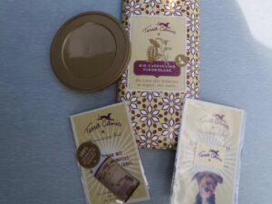 Schokolade, ein Einkaufswagenchip, ein Putztuch und ein Deckel für Hundefutterdosen