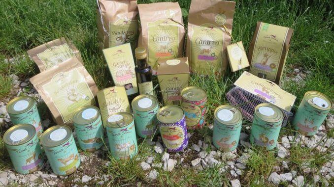 Verschiedene Produkte von Terra Canis auf einer Wiese